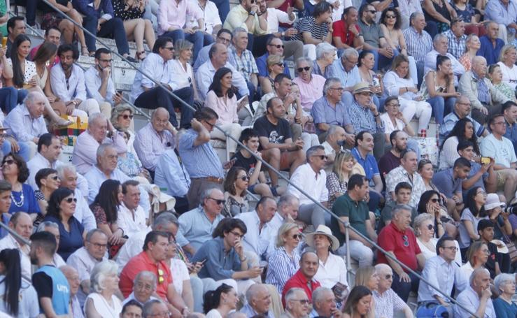 Encuéntrate en las gradas del coso de Granada en la tarde del Corpus
