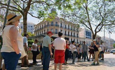 Los turistas inician el verano conociendo la historia de Almería