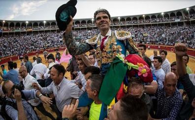 Un aficionado destroza el traje de luces de José Tomás al salir por la puerta grande de Granada