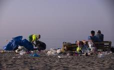 Después de la fiesta, llega la hora de recoger basura en Motril