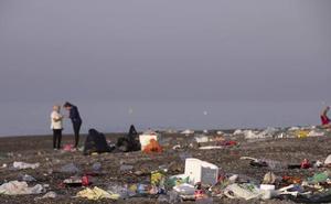 Los operarios de la limpieza retiran 10 toneladas de basura en Motril tras la noche de San Juan