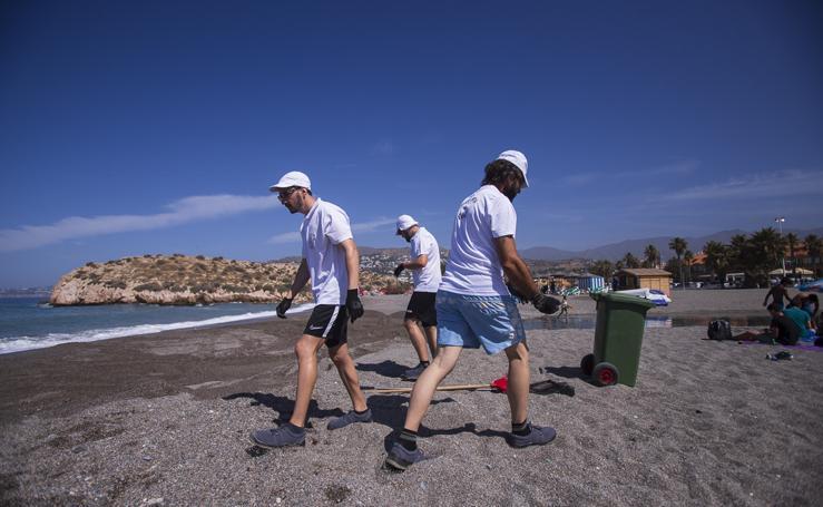 Salobreña elige la limpieza manual para tener limpia su costa