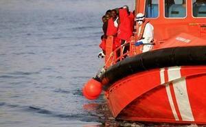 Trasladan al puerto de Motril a 18 personas de la patera buscada desde este domingo en Alborán