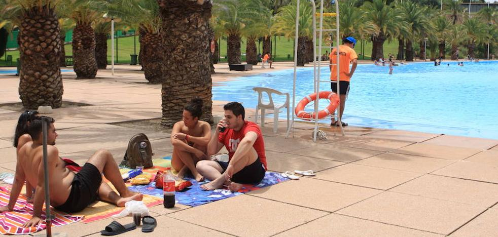 Las piscinas del Tomillo y La Salobreja abren el fin de semana con la primera ola calor