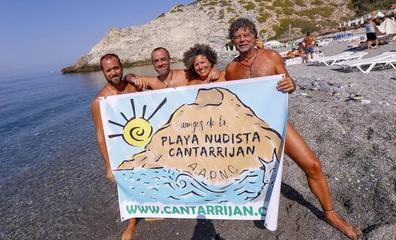 Los nudistas de Cantarriján invitarán a una caña a todo el que cuelgue el bañador