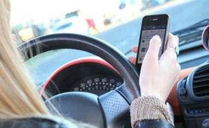 La DGT pide que los padres no llamen ni envíen WhatsApps a sus hijos conductores