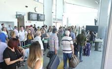 La salida de dos AVE a Madrid y Barcelona genera colas en el control de seguridad