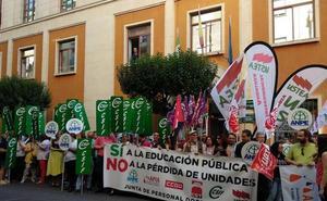 Docentes protestan contra el cierre de unidades en la enseñanza pública