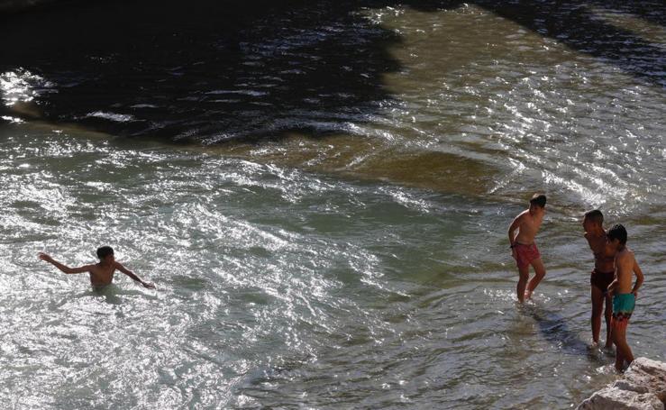 Fuentes, agua y helados para combatir la ola de calor en Granada