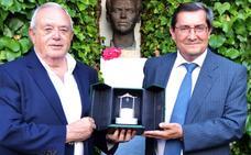 Pozo de plata honorífico para Antonio Ramos, un maestro de periodistas