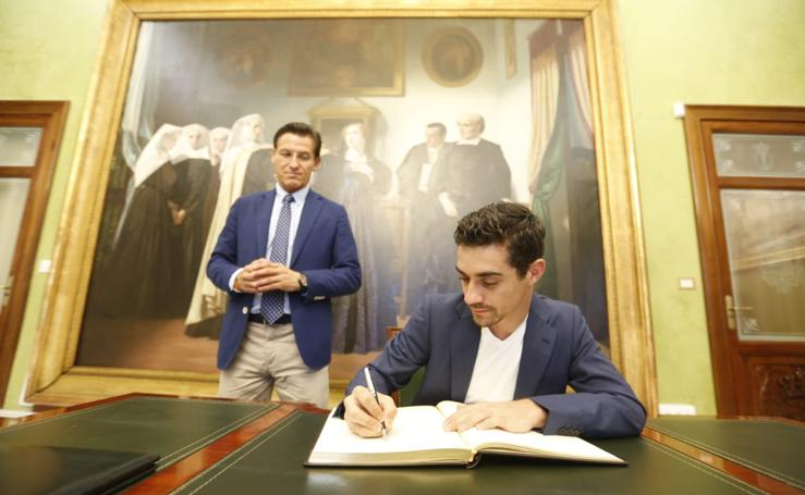 Así ha sido el paso de Javier Fernández por Granada para promocionar la ciudad