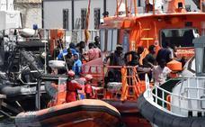 Llegan a Almería a 42 inmigrantes rescatados de una patera en Alborán