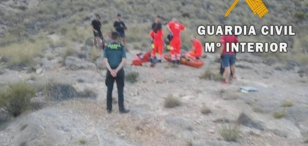 Rescatan a un ciclista tras caer por un barranco en Huércal de Almería