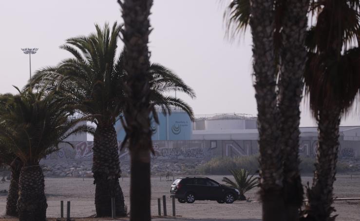 Una oleada de multas por aparcar en la arena caldea la playa de Motril en el inicio del verano