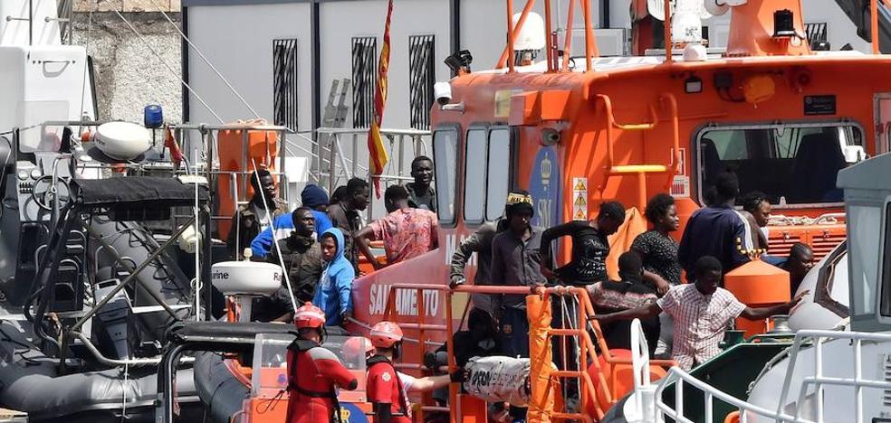 Trasladan a Almería a 42 migrantes rescatados en Alborán