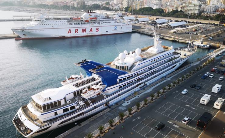 Así es el imponente yate saudí que atraca en el puerto de Almería