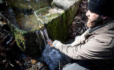 Los expertos alertan sobre el agua de manantial, la moda de las dietas: «Es un foco de enfermedades»
