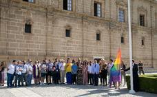 El Parlamento iza la bandera de la diversidad el Día del Orgullo Lgbti con representantes de todos los grupos salvo Vox