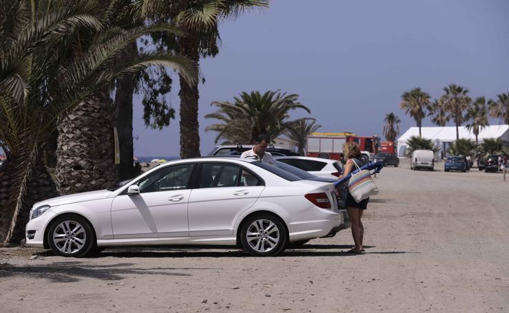 Los bañistas se saltan la prohibición de aparcar en la playa de Motril pese a la ola de multas
