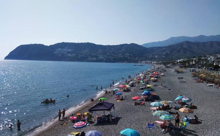 Granada se refugia de la ola de calor en las playas