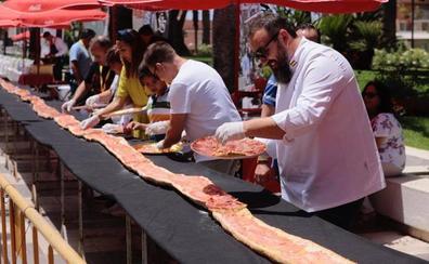 Motril prepara la tostada de jamón más grande del mundo y necesita gente solidaria para comérsela