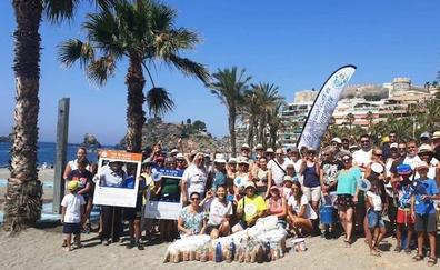 Equipos de voluntarios retiran en una hora y media más de 70.000 colillas de las playas de Almuñécar