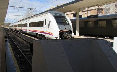 PSOE y PP se suman entre reproches a la marcha por el ferrocarril