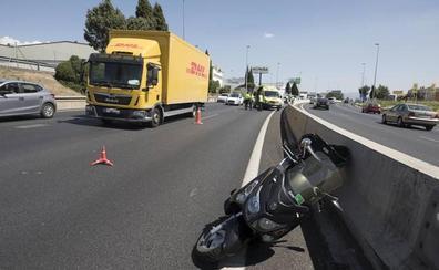 Al menos un herido tras colisionar un coche y una moto en la Circunvalación de Granada