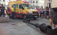 Le cae una farola encima en la Puerta del Sol y está herida grave