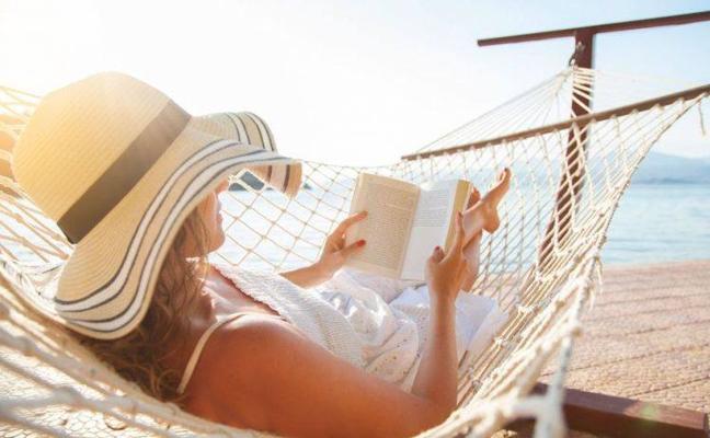 5 libros muy vendidos para leer en la playa este verano
