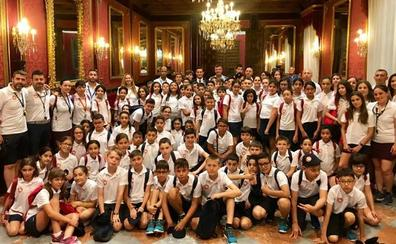 Un total de 80 niños participantes en el campamento hispano-marroquí visitan el Ayuntamiento