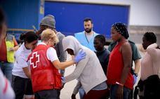 La Guardia Civil rescata a 110 personas de tres pateras en el mar de Alborán y las lleva a Motril