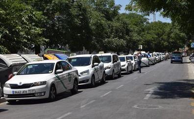 La plaza de Andaluces se queda pequeña para los taxis