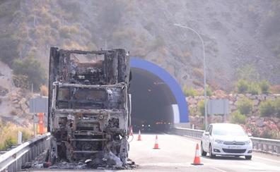 El incendio de un camión cargado de sandías mantiene cortado parcialmente la A-7