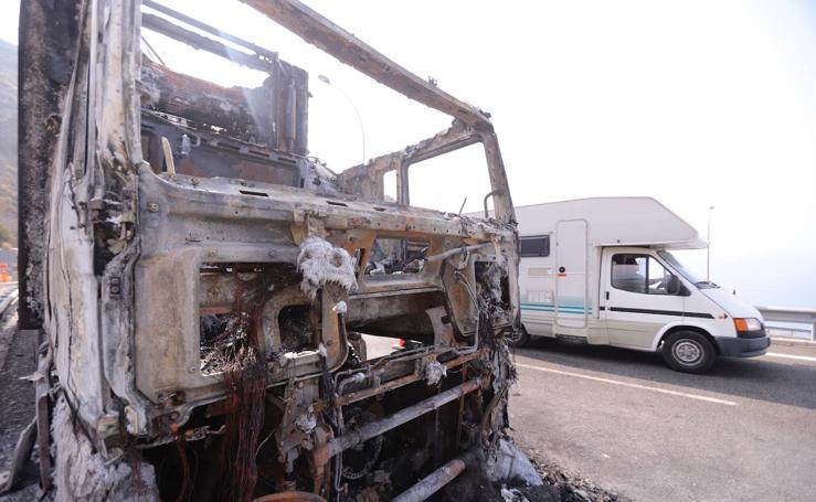 Así ha quedado el camión de sandías incendiado en la A-7 en Granada