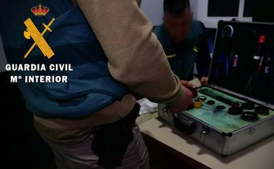 Un encapuchado amenaza con un cuchillo a su víctima en Níjar para robarle