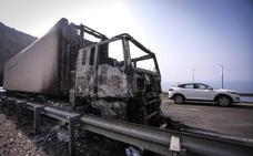 Continúa por segundo día el corte parcial de la A-7 donde ardió un camión de sandías en Sorvilán