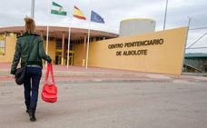Denuncian la agresión con palos y sillas de varios internos a un funcionario de la prisión de Albolote