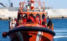 Rescatados los 48 ocupantes de una patera que son trasladadas al puerto pesquero de Almería
