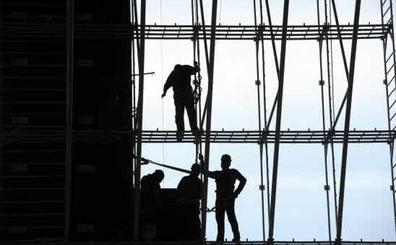 Lesiones musculares, caídas y ansiedad, principales causas de accidente laboral en España