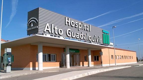 Evacuados una anciana y dos policías nacionales intoxicados en el incendio de una casa en Andújar