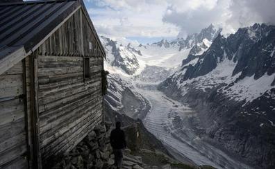 La guardesa del glaciar que recibe a los montañeros con su bebé
