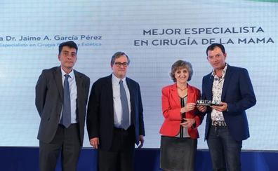 García Pérez recibe el galardón de la Excelencia en Cirugía de Mama