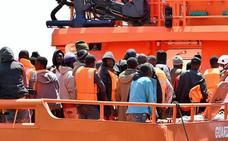 Rescatados 57 inmigrantes de una patera inestable