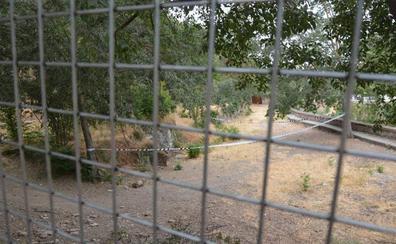 Colocan vallas para evitar el paso de 'okupas' al Carmen del Granaíllo, donde murió un indigente