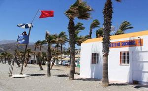 Bandera roja en todas las playas de Almuñécar por viento y oleaje de poniente