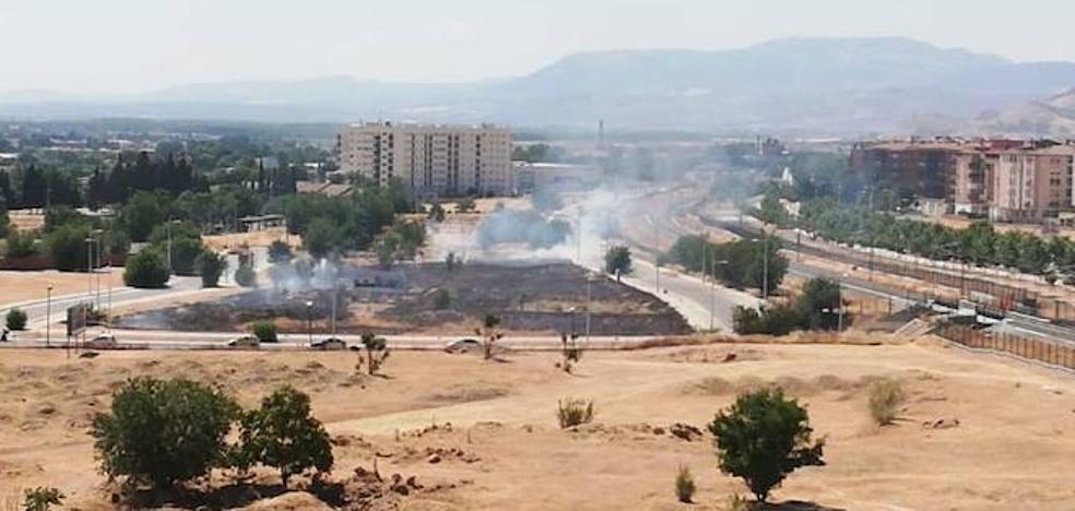 Los Bomberos sofocan un incendio junto a las vías del AVE en Granada