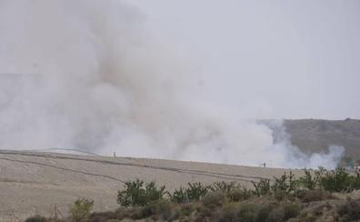 Trabajan para sofocar un incendio declarado en la planta de basura de Alhendín
