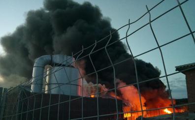 Un incendio en Ibros destruye buena parte de la planta provincial de reciclaje