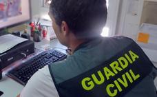 Avisa desde el aseo de que roban en su casa y cazan al atracador cuando va por sí mismo al cuartel